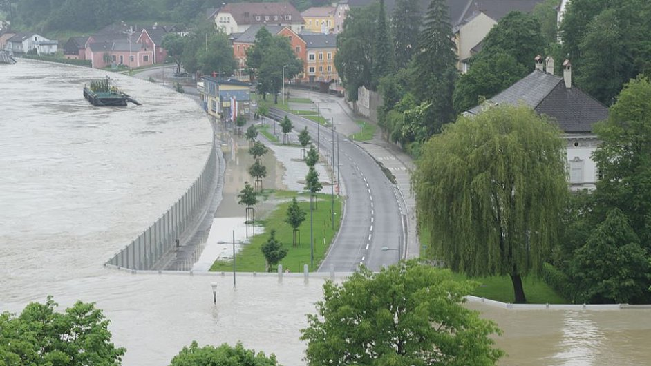 Záběry zaplaveného města Grein, Rakousko