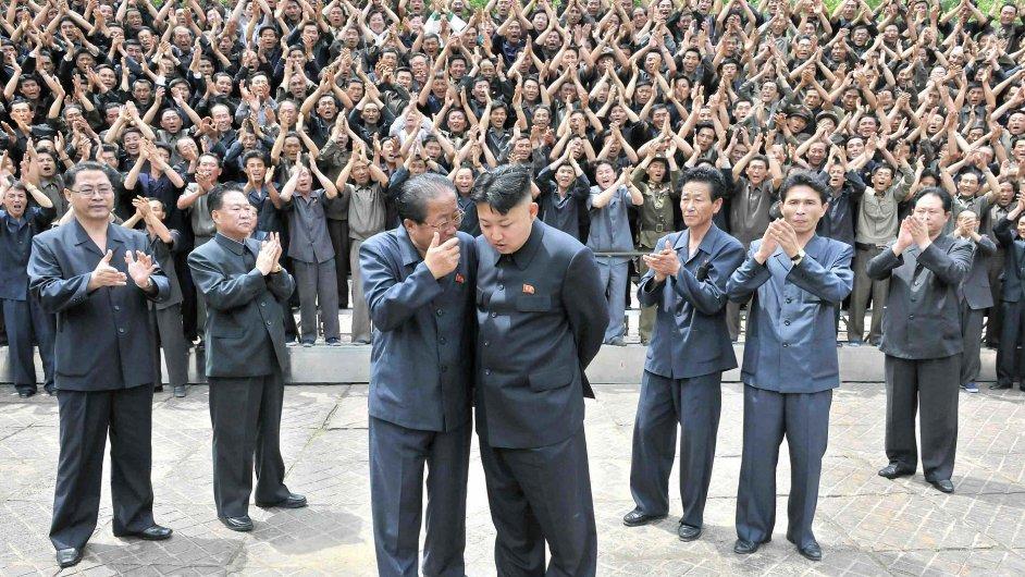 Kim Čong-un na návštěvě jedné ze severokorejských továren