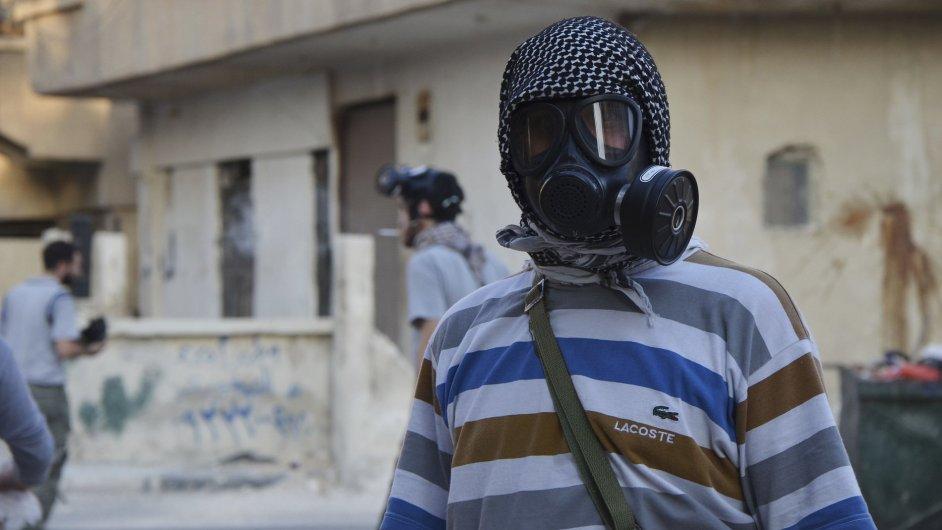 Syrští povstalci s plynovými maskami