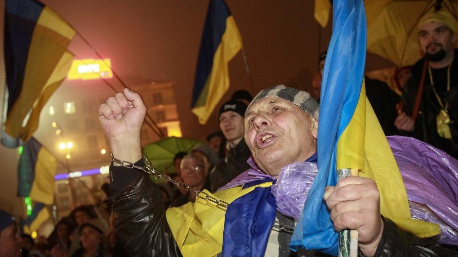 Lidé v Ukrajině se bouří proti odložení podpisu asociační dohody s EU