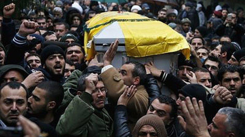 Členové Hizballáhu nesou rakev svého vůdce Lakise