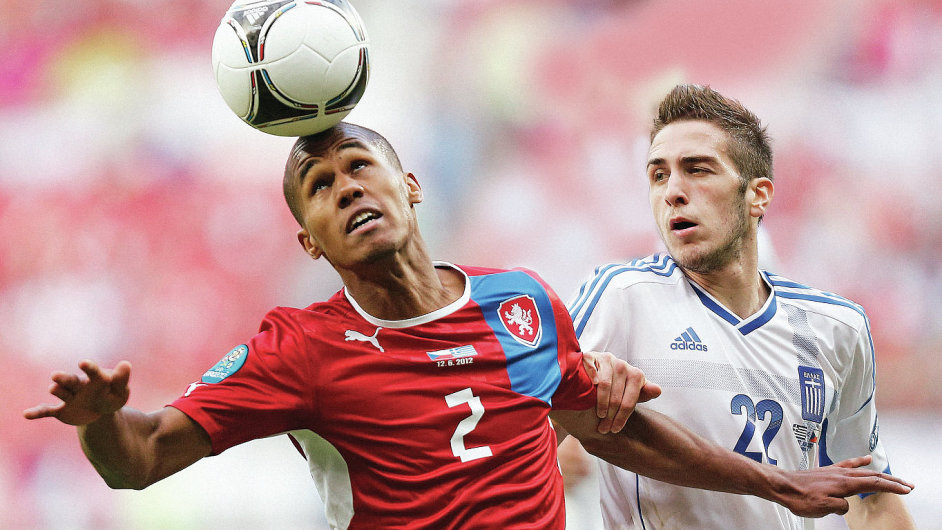 Globální fotbalový svět je otevřen migrantům. Jen Česko nejde strendem. Na snímku vpředu je český reprezentant Theodor Gebre Selassie, který jinak hraje v německé Bundeslize.