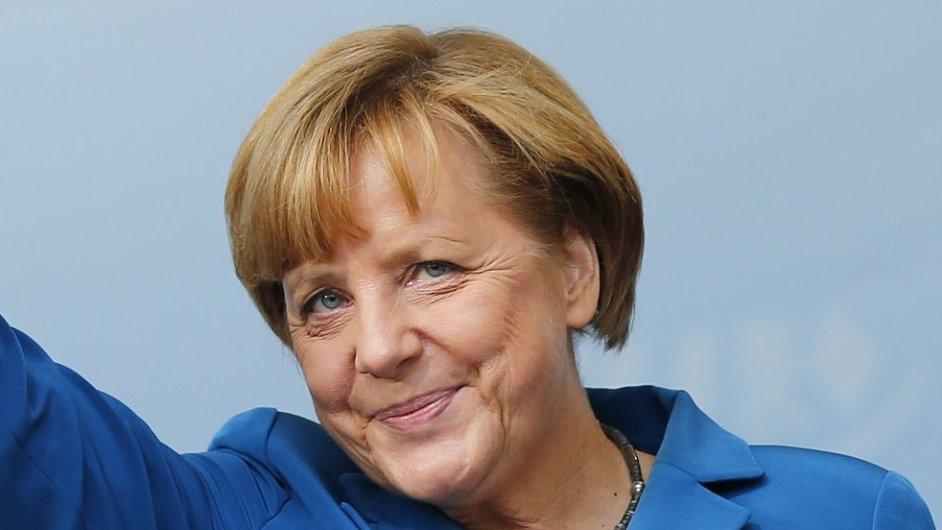 Angela Merkelová mává svým voličům po předvolebním meetingu v Miesbachu na jihu Německa