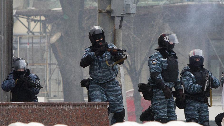 Ukrajinská pořádková policie používá gumové projektily.