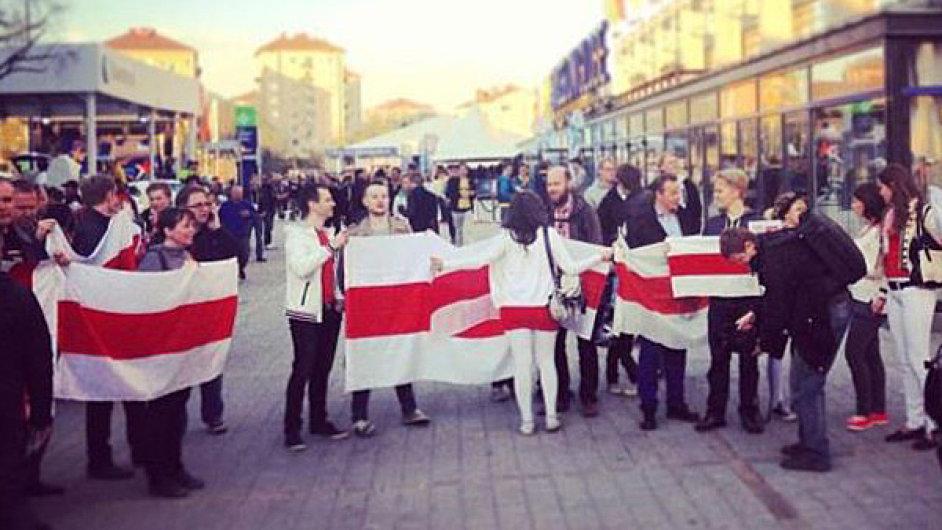 Bílo-červeno-bílá běloruská vlajka byla zakázána už na loňském šampionátu ve Švédsku.