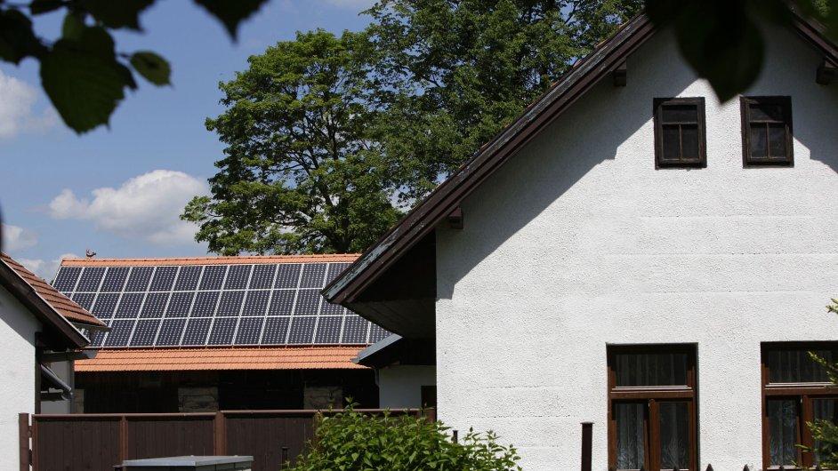 Solární panely na rodinných domech většinou míří na jih
