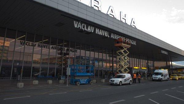 Nikomu z evakuovaných pasažérů z airbusu, který nouzově přistál na pražském letišti,  se nic nestalo - Ilustrační foto.