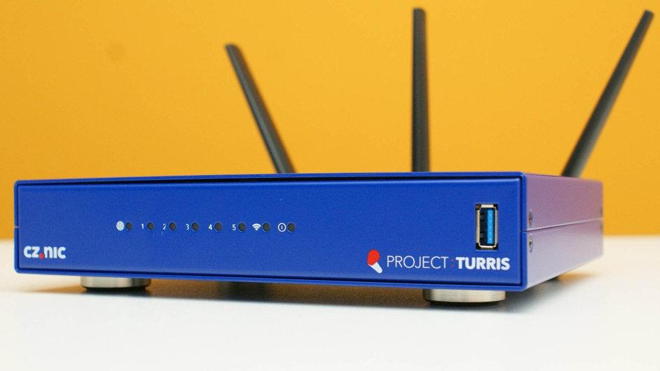 Modré routery. Turris má za cíl vytvořit výkonný a zároveň velmi bezpečný domácí wi-fi router.