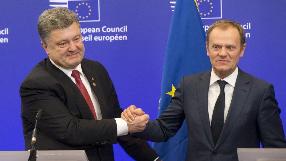 Ukrajinský prezident Petro Porošenko (vlevo) s předsedou Evropské rady Donaldem Tuskem.