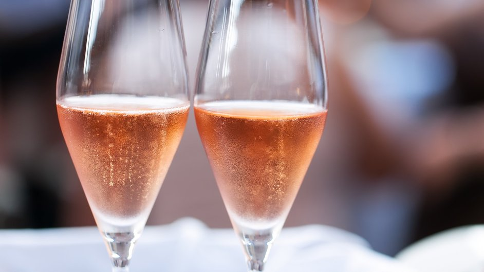 Špičkou mezi růžovými víny je šampaňské.