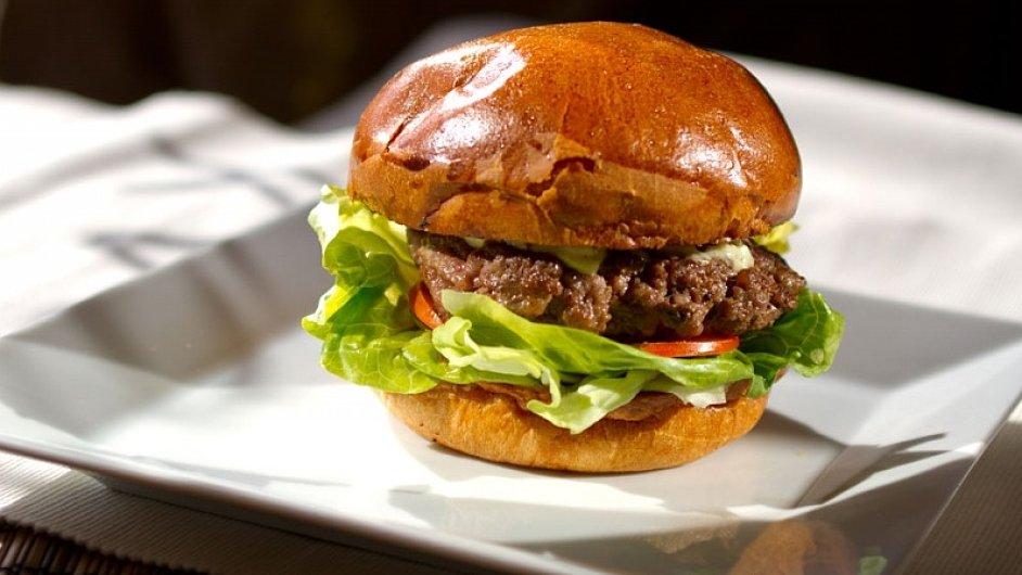 Domácí hamburger z Blackdogs cantiny.