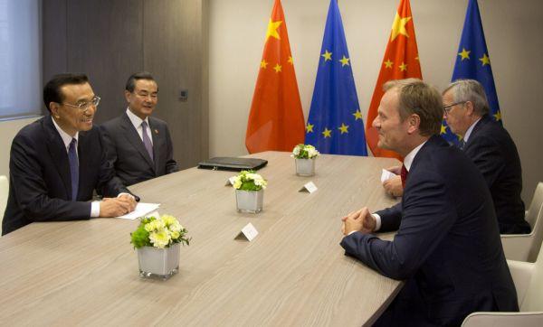Čínský premiér Li Kche-čchiang s předsedou Evropské rady Donaldem Tuskem na konferenci před summitem Evropské unie a Číny v Bruselu.