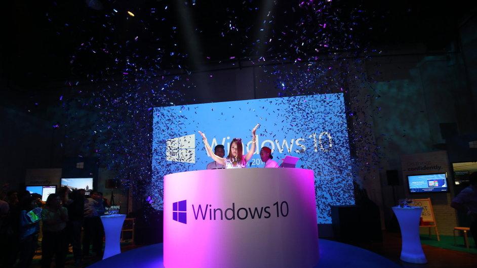 Snímek ze zahájení distribuce Windows 10 v Singapuru