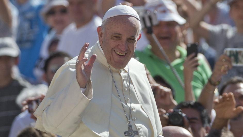 Papež přiletěl na Lesbos, do Říma odveze deset uprchlíků
