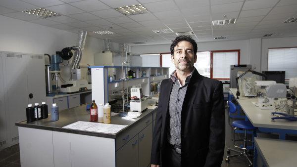 Avi Bukai, ředitel firmy, která vyrábí nezávadný inkoust.