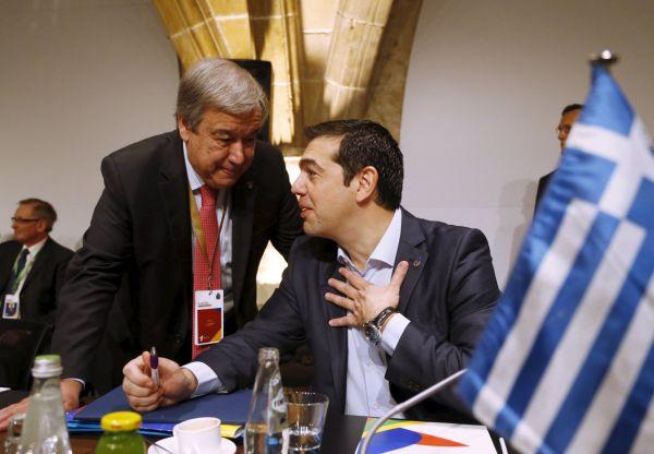 Řecký premiér Alexis Tsipras mluví s Vysokým komisařem OSN pro uprchlíky Antoniem Guterresem.