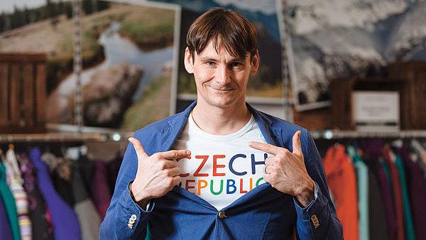 Václav Hrbek v saku a triku, které jsou součástí kolekce, již obléknou čeští sportovci na olympiádě v Riu.