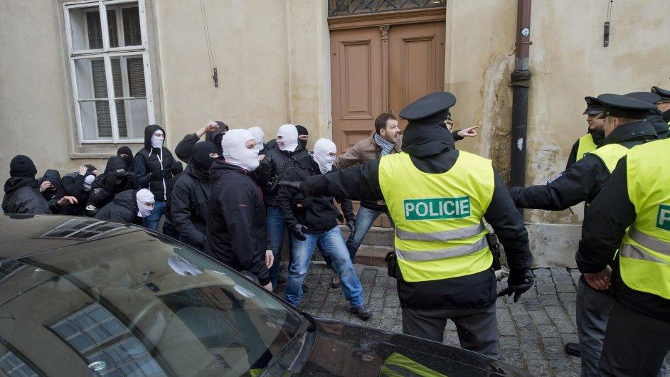 Příznivci a odpůrci uprchlíků se 6. února odpoledne střetli na rohu Thunovské a Zámecké ulice v Praze na Malé Straně. Policisté se je snažili oddělit.