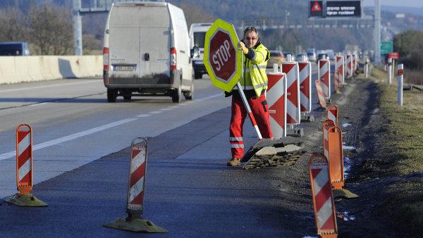 """""""Chceme napravit dluh z minula a silnice prvních tříd a dálnice opravovat,"""" řekl ministr dopravy Ťok - Ilustrační foto."""