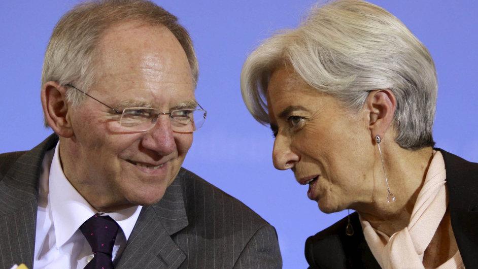 Šéfka MMF Christine Lagardeová prosazuje, aby vlády více utrácely, a tím podpořily růst ekonomiky. Spolkový ministr financí Wolfgang Schäuble ale na léčebné účinky rozpočtových injekcí nevěří.