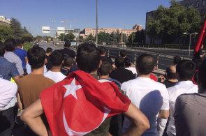 Arm�da se pokusila o st�tn� p�evrat v Turecku. Lid� vy�li do ulic