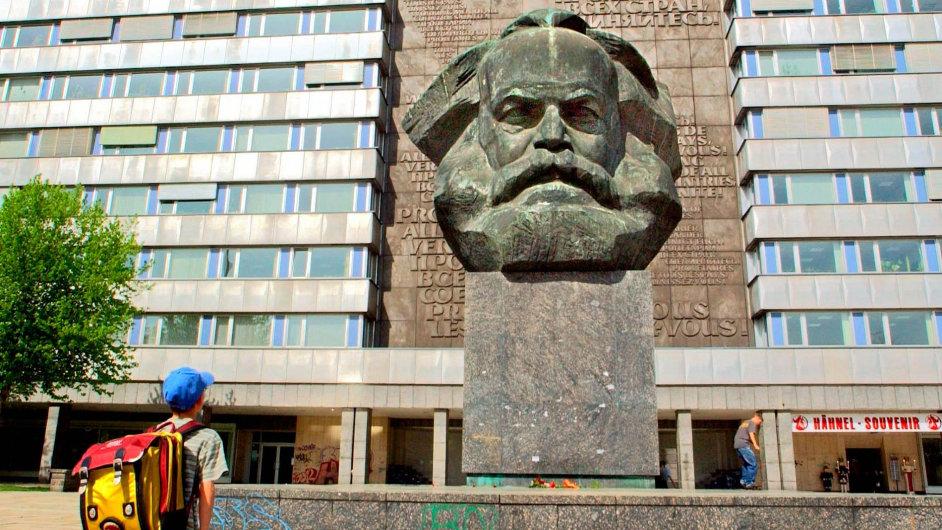 Symbolem státního a zároveň stádního uctívání Marxe se stala jeho největší socha, která od roku 1971 stojí v německém Chemnitzu, kdysi Karl-Marx-Stadtu.
