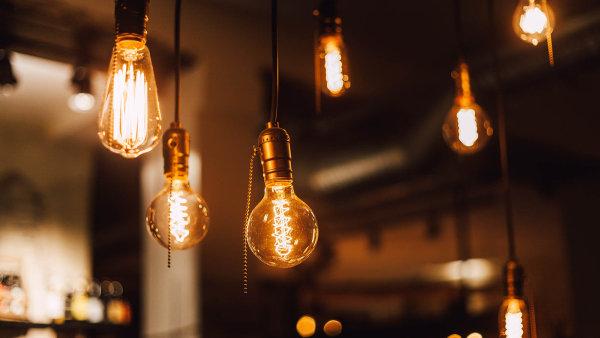 Svítit elektřinou od nového dodavatele začalo loni skoro 360 tisíc zákazníků.