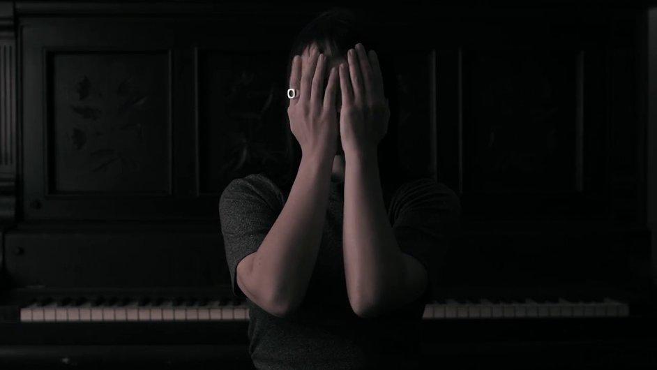 Snímek z videoklipu Angel Olsenové.