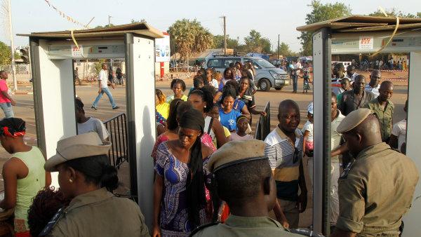 Na snímku z letošního ročníku přehlídky Fespaco policisté kontrolují návštěvníky před vstupem do festivalového areálu.