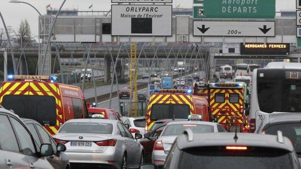Zásahová vozidla míří na pařížské letiště Orly.