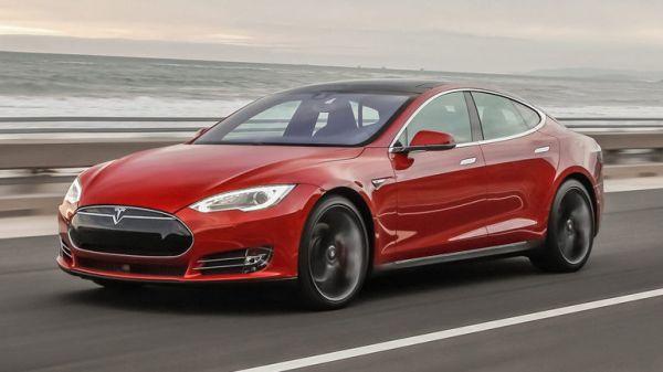 Tesla Model S: Je rychlejší než Ferrari, ale jezdí zadarmo