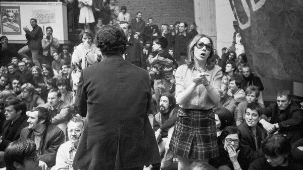 Na snímku z 60. let minulého století z Technické univerzity v Západním Berlíně je vyhrocená diskuse o americké válce ve Vietnamu.