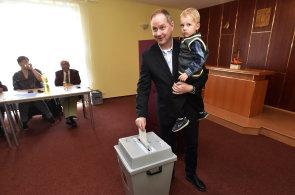 Volby do sněmovny odstartovaly. Mezi prvními odvolili politici