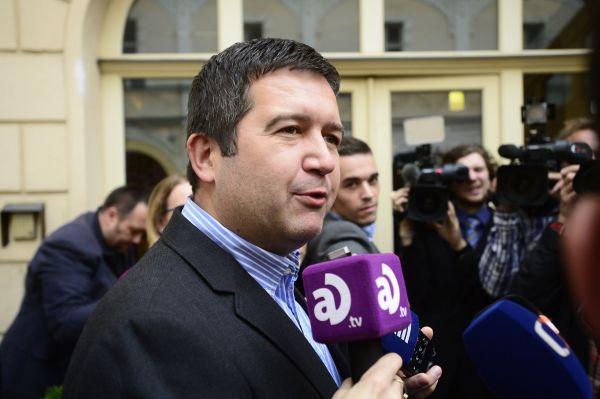 Předseda sněmovny Parlamentu ČR Jan Hamáček z ČSSD přichází do volebního štábu své strany.