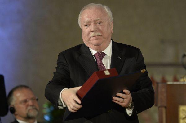 Vídeňský starosta Michael Häupl s Řádem bílého lva, který převzal od českého prezidenta Miloše Zemana.
