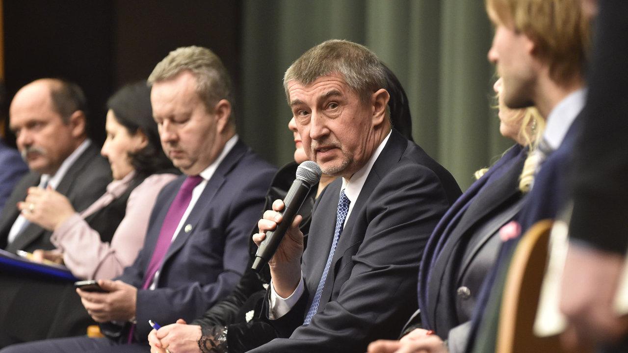 Třetí zleva místopředseda vlády a ministr životního prostředí v demisi Richard Brabec a čtvrtý zleva premiér v demisi Andrej Babiš.
