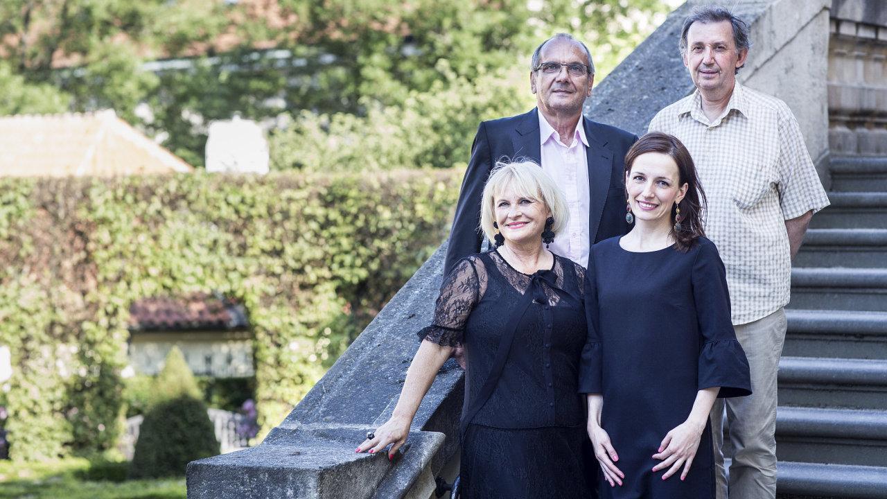 Vlevo nahoře malíř Dino Čečo, napravo speciální pedagog Evžen Perout, vlevo dole prezidentka Nadace Artevide Zuzana Kopečná a ředitelka Maja Dangalová.