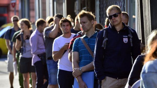 Fronta mladých lidí čekajících na vyřízení půjčky.