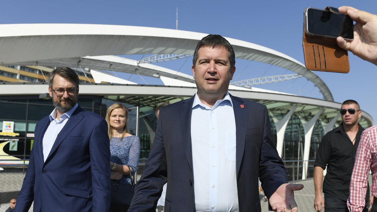 Předseda ČSSD Jan Hamáček a kandidát na primátora Prahy Jakub Landovský (vlevo).