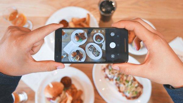 Trend zdravé stravy jde ruku v ruce s oblíbeností focení svého jídla na sociální sítě jako je Instagram - Ilustrační foto.