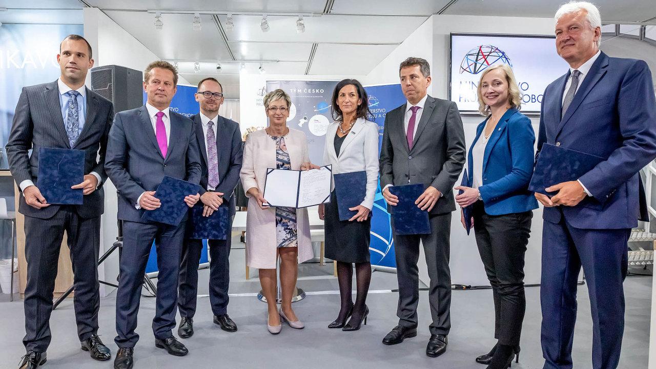 Ministryně Marta Nováková podepsala memorandum se členy Týmu Česko, vekterém jsou kromě MPO iCzechTrade, CzechInvest, CzechTourism, TAČR, ČMZRB, ČEB aEGAP.