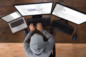 Hacker, počítač, počítačová bezpečnost - ilustrační foto