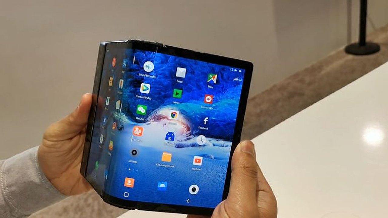 Telefon FlexPai se díky flexibilnímu OLED panelu umí rozložit do podoby tabletu