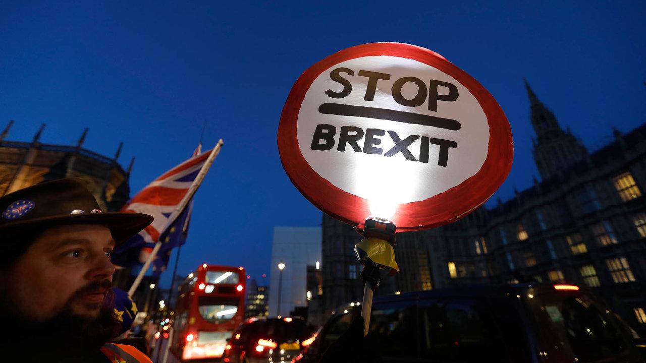 Zrušení brexitu je vehře: Část britských poslanců je nakloněna tomu, aby se včase, který Británie získá nadohodu onových podmínkách, vyhlásilo nové referendum ovystoupení země zEU.