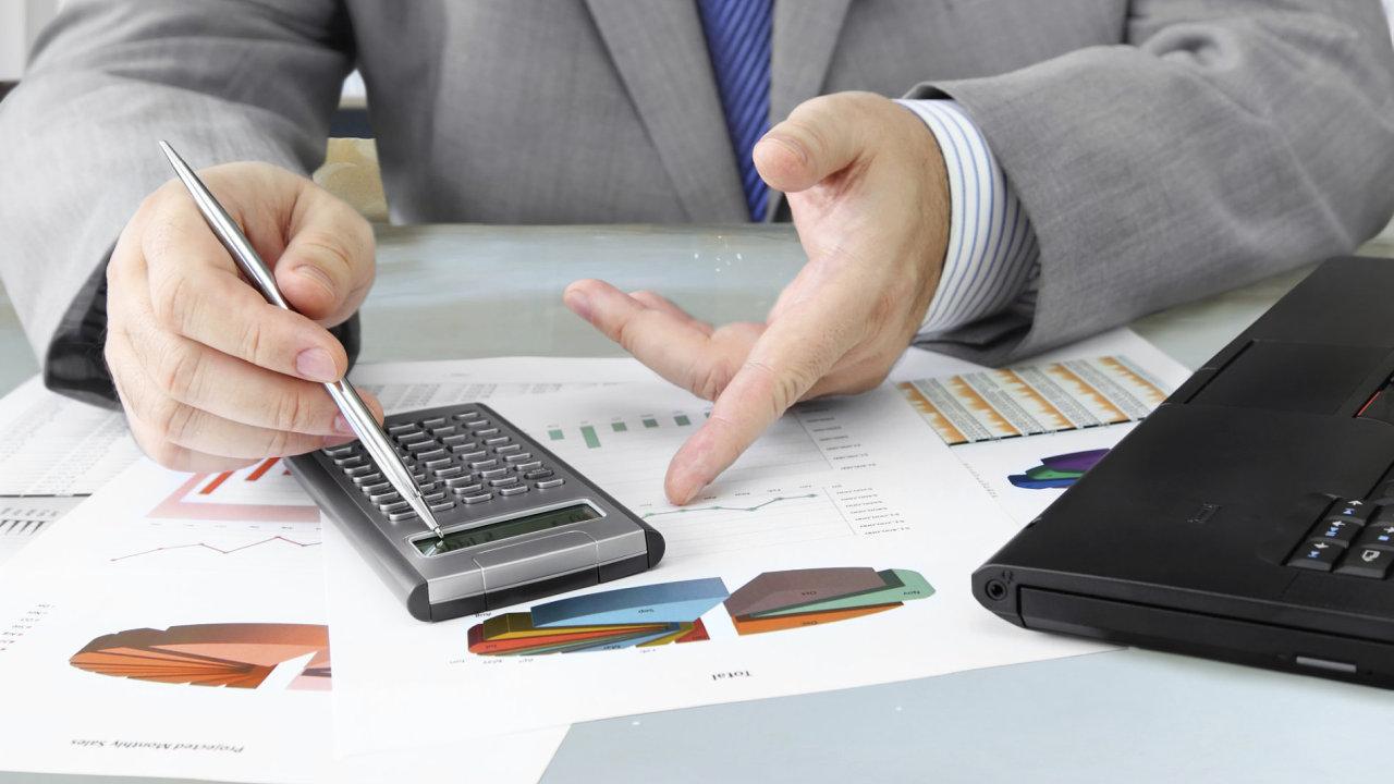 Investice, tabulky, grafy, kalkulačka, prověrka. Ilustrační foto