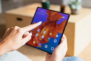 Huawei Mate X se skládá s displejem na vnější straně, díky tomu je kompaktnější než konkurence