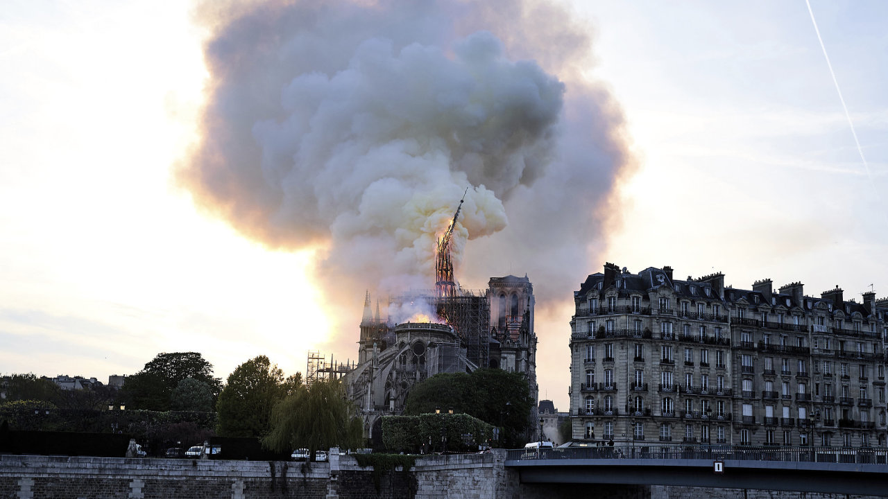Okamžik, kdy se zřítil sanktusník katedrály Notre-Dame.