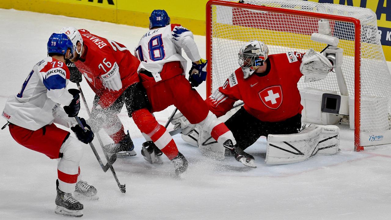 Češi střílí branku v zápase proti Švýcarům.