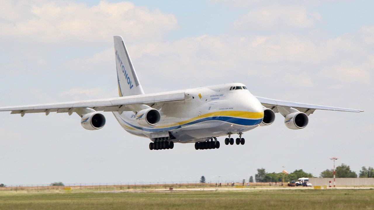 Létající obr. Antonov An-124 Ruslan je největší sériově vyráběný nákladní letoun používaný pro armádní účely.