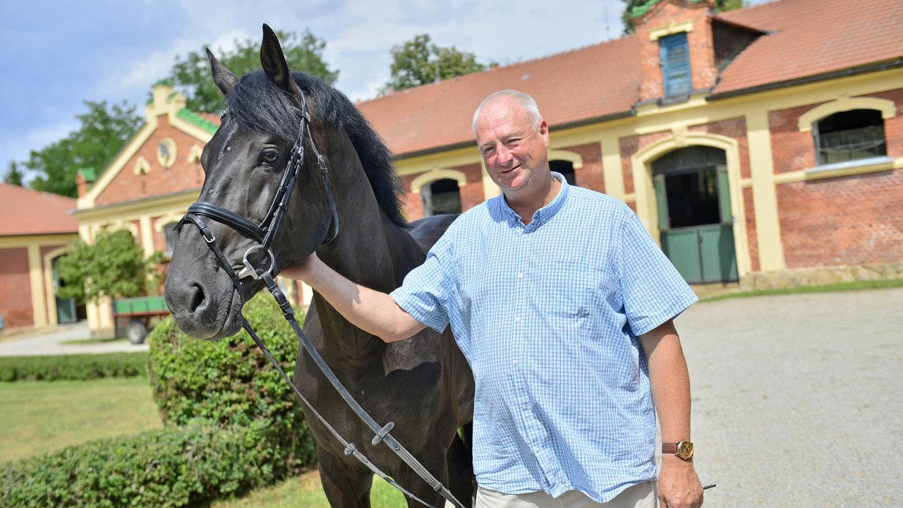 Ředitel Zemského hřebčince Písek Karel Kratochvíle shřebcem Warnessem, který naletošním Světovém skokovém poháru vOlomouci skončil pátý amezi českými koni byl nejlepší.